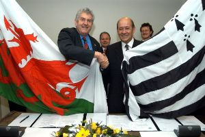 Welsh First minister Rhodri Morgan and Breton President Jean-Yves Le Drian sign the 'Memorandum of Understanding' between Wales and Brittany - Photo: Agence Bretagne Presse